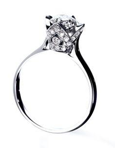 """La bague de fiançailles """"Princess"""" d'Arthus-Bertrand http://www.vogue.fr/joaillerie/le-bijou-du-jour/diaporama/la-bague-de-fiancailles-princess-d-arthus-bertrand-mariage-diamant-solitaire/14942"""
