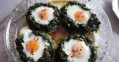 Fırında ıspanaklı yumurta. Kahvaltı sofralarımız için sağlıklı, lezzetli, şık bir sunum arıyorsanız birde böyle deneyin derim. Biz ço...