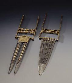 Катар - индийский кинжал, комбинированный с кастетом, которым является Н-образный черен.