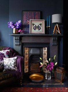 Gothic interior Deep colours are bang on-trend but need contrast to shine. If you have a black fireplace, try pairing it with reflective textures, such as glowing bronze metallic and warm copper, and some jewel tones. Home Living Room, Living Room Decor, Purple Living Rooms, Dark Walls Living Room, Gothic Living Rooms, Apartment Living, Dining Room, Deco Violet, Salons Violet