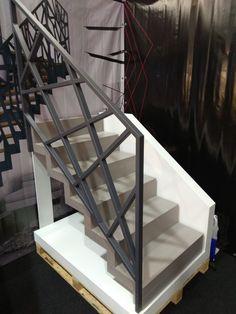 Nowoczesna poręcz WELD Profil wykonana ze stali malowanej proszkowo każdym schodom doda charakteru i sprawi, że twoje wnętrze będzie wyglądało oryginalnie i niebanalnie. Staircase Outdoor, Staircase Railing Design, Modern Stair Railing, Balcony Railing Design, House Staircase, Stair Handrail, Modern Stairs, Roof Design, Facade House