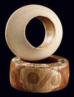 DEUX BRACELETS DINKA  Soudan  En forme d'anneau, l'un des bracelets décoré de petits cercles poinçonnés présente une superbe patine nuancée....