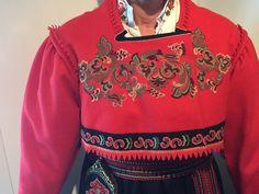 Nydelig bunad som er brukt kun 2 ganger - som ny. Stakk, jakke, skjorte, veske, hårvippe og mansjettknapper. Størrelse ca. 40 -42 Ethnic Fashion, Retro Fashion, Bridal Crown, Norway, Christmas Sweaters, Europe, Costumes, Suits, Clothes
