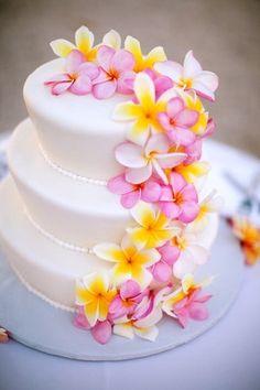 Gateau de mariage, fleurs exotiques                                                                                                                                                      Plus