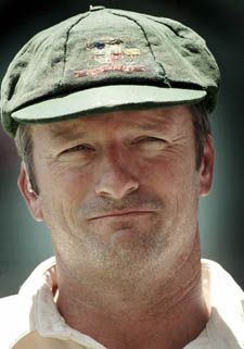 The unofficial practice of never replacing a baggy green cap began in the 1990s. Steve Waugh refused to replace his as it held too many memories to simply discard it. Originally, a baggy green cap was simply supplied to each player with his equipment and a new one was issued for each tour. In the early 1990s, however, an unofficial tradition emerged among the players of never replacing a cap. The more dilapidated a cap, the more it signifies a player's seniority. Cricket Bat, Cricket Sport, Cricket News, Ashes Cricket, Test Cricket, Viv Richards, Steve Waugh, Cricket Coaching, Steve Smith