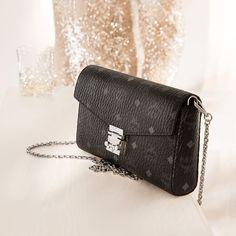 Designer Crossbody Bags, Wearing Black, How To Wear, Fashion, Dime Bags, Nice Asses, Moda, Fasion, Trendy Fashion