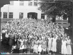 arkiv.dk | Giersings Realskoles elever før 1935 Alle eleverne er samlet til fotografering i skolegården, Søndergade 5.