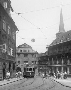 Pohled k Malostranskému náměstí (213) • Praha, červenec 1959 • | černobílá fotografie, z podloubí v Karmelitské ulici, tram, lidé, koleje, dlažba |•|black and white photograph, Prague|