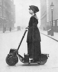 Mujer usa uno de los primeros scooter en 1916.