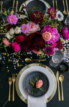 Black and Gold New Years Eve Party Inspiration - The Home Decor Trends New Years Eve Decorations, Party Table Decorations, Decoration Table, Party Animals, New Year Table, New Years Eve Weddings, Silvester Party, Wedding Table, Wedding Seating
