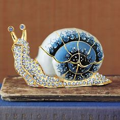 Glass art snail -- NOT a vase. Lovely little thing. The Glass Menagerie, Snail Art, Art Of Glass, Shattered Glass, Glass Figurines, Glass Animals, Glass Ceramic, Sculpture, My New Room