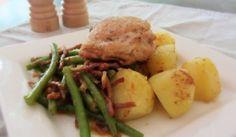 Gebakken kippendijen met gekookte aardappelen en sperziebonen met…