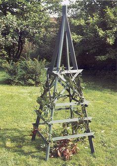 Nu börjar rosorna växa och du kanske vill ha flera andra klätterväxter i din trädgård. Då är det bra med någon form av stöd. I trädgårdsbutikerna kan man köpa rostorn/spaljéer i olika former men de…