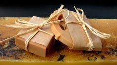 *SAP_HONEY*: Olio di Oliva saponificato (Sodium Olivate) Cera d'api (Sodium Beewaxate) Miele di Castagno BIO   La cosa che colpisce di questo sapone (subito dopo il profumo di miele di castagno) è la morbida texture che si sente al tatto usandolo sulla pelle: talmente liscia da sembrare una carezza! Schiuma limitata.