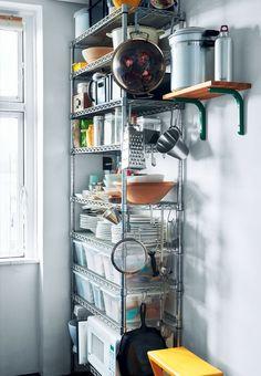Metalreol fra Tubo i køkkenet