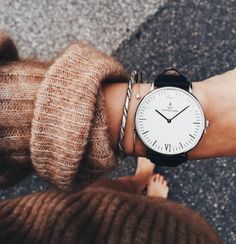 Accessorize your wrist with some cute bracelets and make a candy arm! Classy and beautiful! Every girl would love to wear something stylish like those watches Look Fashion, Autumn Fashion, 90s Fashion, Fashion Watches, Fashion Trends, Kapten & Son, Jewelry Accessories, Fashion Accessories, Fashion Jewelry
