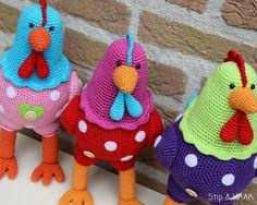 """Na het haken van kip Katrien in vrolijke """"Pip"""" kleurtjes   kon ik het niet laten   en heb ik er nog twee vriendinnen bij gemaakt.     ..."""