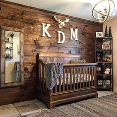 We're really feeling all the rustic vibes in this sweet baby boy nursery!   Design by @ldagen8
