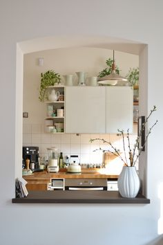 Ein kleiner Einblick in unsere Küche (aus dem Wohnzimmer gesehen...). Oberschränke mussten leider sein, da wir sonst nicht genug Stauraum gehabt hätten. Wir haben versucht sie mit Milchglas-Fronten, Regal-Elementen und Zimmerpflanzen etwas aufzulockern.