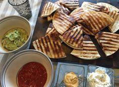 Kana-pekoni Quesadillat guacamolen ja salsan kera
