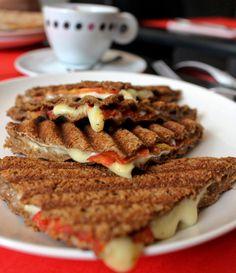 Uma das sugestões para o café da manhã do novo Cha-CHa é o Tostex de pão de miga com queijo minas e tomate (R$ 14)