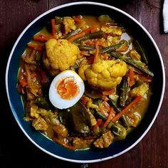 Op zoek naar een sajoer lodeh recept? Of heb je gewoon zin in een groentecurry met kokosmelk? In beide gevallen is dit sajoer lodeh recept iets voor jou!
