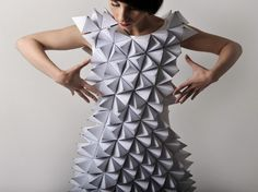 This reminds me so much of Origami. I have a great love for origami and have been doing it for years and years. Paper Fashion, Origami Fashion, Fashion Art, Fashion Looks, Fashion Design, Moda Origami, Geometric Fashion, Geometric Dress, Geometric Wedding