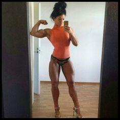 #Fitnessmodel mit unglaublichen #Quads macht Selfie