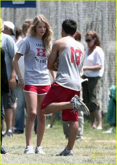 Taylor Swift & Taylor Lautner: Valentine's Day Date!: Photo Country singing sensation Taylor Swift and Twilight hunk Taylor Lautner join forces in for the upcoming romantic comedy Valentine's Day in Los Angeles on Thursday… Taylor Swift Taylor Lautner, Taylor Swift Tattoo, Taylor Swift Songs, Taylor Alison Swift, Taylor Swift Curly Hair, Jonas Brothers, Shakira, Celebs, Celebrities
