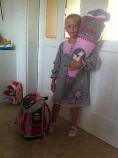 Sehr stolz war die Tochter von Kristin Klümper aus Ahaus auf ihre selbst gemachte Stoff-Schultüte - passte sie doch perfekt zum neuen Tornister und zur Kleidung am Einschulungstag.