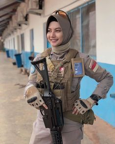 From Bangui, Central Africa Republic 🇨🇫 Idf Women, Army Police, Punjabi Girls, Top Pic, Future Clothes, Female Soldier, Military Women, Hijab Chic, Military Personnel