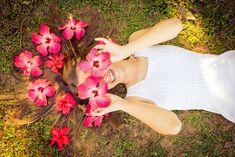 Amanda brincando com flores no rosto e cabelo. Ensaio de 15 anos. Eduardo Pasqualini Fotografias - Fotógrafo profissional de ensaio e casamento em Rio do Sul, Santa Catarina, Brasil.