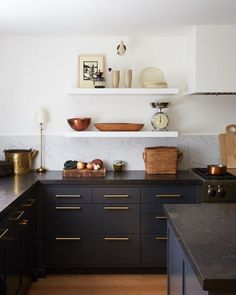 Black Cabinet kitchen with vintage runner and beams more source on Home Bunch #bar #farmhouse #blackcabinet #vintagerunner #beams #HomeDesign Kitchen Countertop Materials, Quartz Kitchen Countertops, Wood Kitchen Cabinets, Black Kitchen Cabinets, Kitchen Shelves, Kitchen Paint, Interior Design Kitchen, Kitchen Decor, Kitchen Wall Panels
