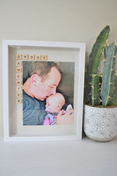 Father's Day Photo Frame Gift Idea: The Daddy Daughter Frame - Making Things is Awesome Father Presents, Diy Presents, Birthday Presents, Diy Father's Day Gifts From Baby, Daddy Daughter Photos, Fathersday Crafts, Fathers Day Photo, Father's Day Diy, Daddy Gifts
