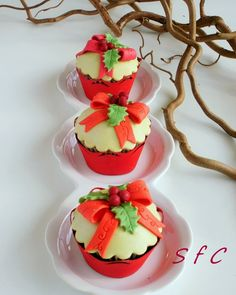 Looking for yummy Christmas cupcakes? You've avoided sweet treats like candies, chocolates and cupcakes all year. Xmas Food, Christmas Sweets, Noel Christmas, Christmas Baking, Christmas Cookies, Holiday Baking, Christmas Cupcakes Decoration, Holiday Cupcakes, Holiday Desserts