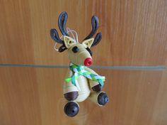 Ces belles Rennes sont faites dans une technique connues comme papier quilling ou papier filigrane. Pour eux j'ai utilisé des bandes de papier 2, 3, 4 mm. Ils sont environ 7,5 cm de haut. L'ornement est poli avec un Vernis acrylique pour la résistance à l'eau. Le revêtement protège et durcit le papier et rend la structure de la pièce de papier forte. Ces décorations de Noël sont adaptées pour les accrocher à un arbre de Noël, sur un mur, sur une fenêtre. Ces mignon petit renne est un cadeau…
