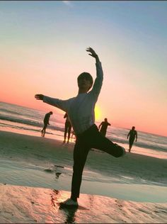 Rocky bailando en la playa ❤ ASTRO in USA~