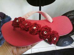 Crochet Sandals, Crochet Boots, Crochet Slippers, Love Crochet, Crochet Flower Tutorial, Crochet Flowers, Crochet Flip Flops, Woolen Craft, Decorating Flip Flops