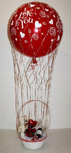Cesta de San Valentín con un gran globo aerostático.