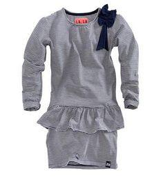 Z8 jurk met schootje, model Dina. Deze chique jurk heeft een all over streepdessin en een strikje op de schouder. Blauw dessin - NummerZestien.eu