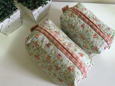 Necessaire em tecido estampado,duplo, feita com quilt livre e com forração interna. <br>Dimensão do produto: 22x12x12cm <br> 18x9x9cm