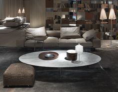 Wing sofa & Fly coffee table with calacatta marble top, projects by Citterio for Flexform. Bonne Nuit table lamp in blown glass, project by Michele De Lucchi & Luca Tamburlini for Produzione Privata. Furniture Showroom, Luxury Furniture, Modern Furniture, Lounge Design, Interior Architecture, Interior Design, Small Tables, Side Tables, Round Coffee Table