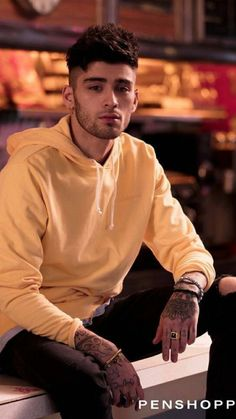 Penshoppe enlists a special guest to celebrate its spring line. The fashion brand reunites with Zayn Malik for its new spring 2018 campaign. Zayn Malik Photoshoot, Zayn Malik Hairstyle, Zayn Malik Pics, Ex One Direction, One Direction Pictures, Zayn Malik Wallpaper, Zayn Malik Style, Celebridades Fashion, Zany Malik