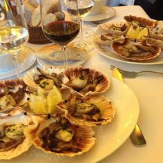 Coquilles St Jacques Coquille St Jacques, Restaurant Paris, International Recipes, Pasta Salad, Seafood, Stuffed Mushrooms, Food And Drink, Vegetables, Fruit