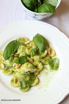 Ravioli con ricotta, agretti, prosciutto cotto, con salsa al pesto, la ricetta sul blog la cuoca eclettica