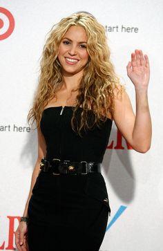Singer Shakira, winner of the Discretionary Humanitarian award, poses during the 2008 ALMA Awards at the Pasadena Civic Auditorium on August 2008 in Pasadena, California. Capsule Wardrobe, Shakira Hair, American Girl, Shakira Mebarak, Divas, Curls For Long Hair, Curls Hair, Curled Hairstyles, 90s Hairstyles