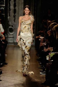 Explore the full Giles Deacon collection archive including Spring/Summer, Autumn/Winter, Pre-fall and Resort ranges. Fashion Shoot, Fashion Dresses, Giles Deacon, Natural Form Art, Paper Fashion, Fall Winter, Autumn, Fashion Sketches, Fashion Details
