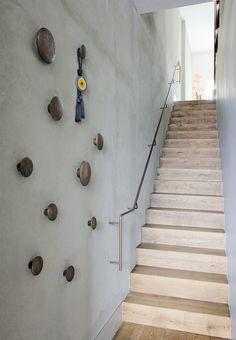 Wooden staircase with a railing in copper and a set of wood hooks on the wall for coats and scarves. Wooden Coat Hooks, Wood Hooks, Entry Stairs, Entry Hallway, Wooden Staircases, Wooden Stairs, Steel Stairs, Concrete Stairs, Floating Stairs