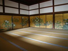 Peony Room (artist: Kano Sanraku) (Daikaku-zi Temple, Kyoto) was completed in 1673 was designated as an important cultural property. Japanese Colors, Japanese Design, Shoji Doors, Traditional Japanese House, Monuments, Japanese Screen, Asian Architecture, Japanese Temple, Japanese Interior