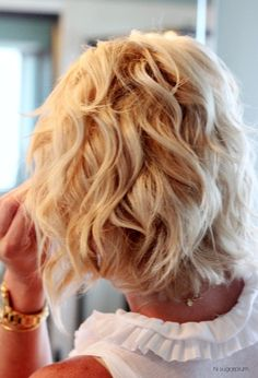 Work your way around, curling the bottom layer in sections, then let another layer out of the clip. Medium Hair Styles, Short Hair Styles, Wie Macht Man, How To Curl Your Hair, How To Curl Bob, Wand Curls, Trending Hairstyles, Curled Hairstyles, Updo Hairstyle